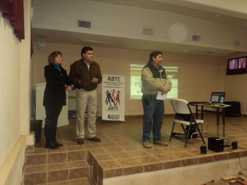 Subdirector de Vinculación del CBTA No. 146 dando la bienvenida a los asistentes a la conferencia. De izq a der: Luz Maria Perez Luna, Julio Aviles, directivo Cbta No. 146